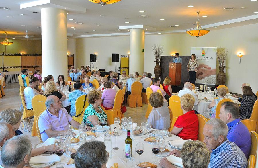 El alcalde de #Alcorcón, @davidperez, asiste a la tradicional comida de fin de curso con los mayores de la ciudad