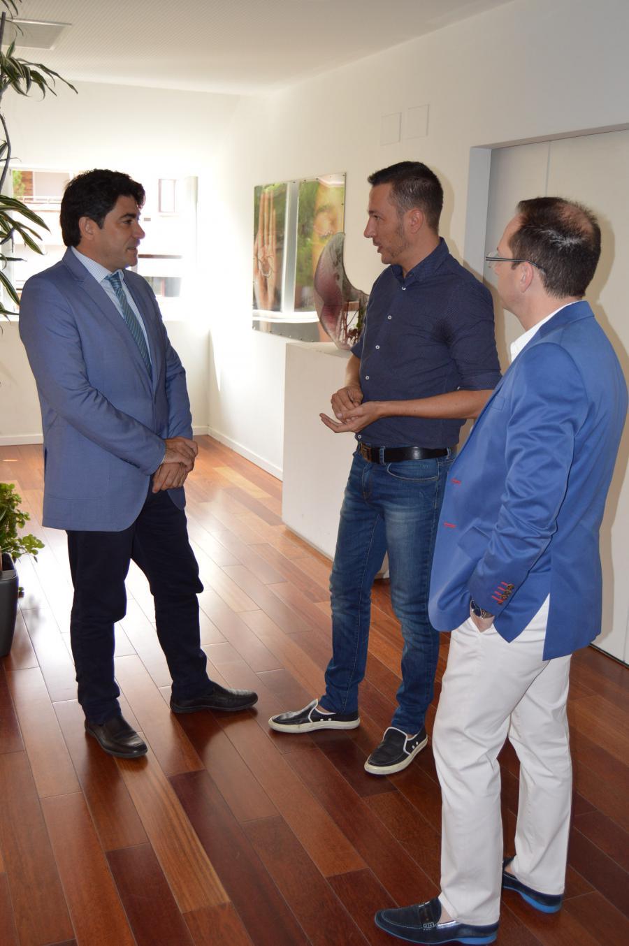 @DavidPérez recibe a @ja_muela, premiado director de cine de #Alcorcón