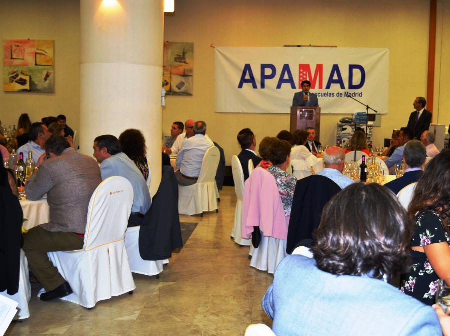 El alcalde de #Alcorcón, @davidperez, transmite su apoyo a los socios de APAMAD en la celebración de la cena anual de las autoescuelas @asociamadrid