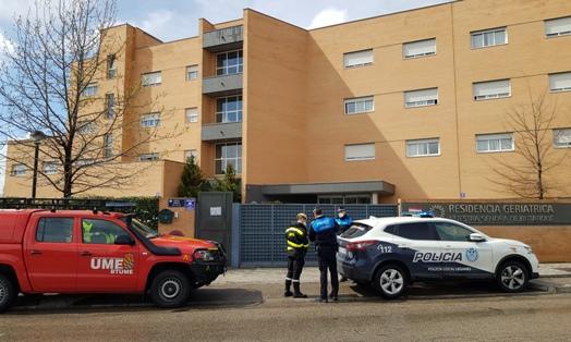 Texto Alternativo: Policía Local y efectivos de la UME visitan las residencias de mayores de Leganés para comprobar la situación de los usuarios y profesionales