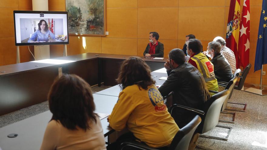 Texto Alternativo: Díaz Ayuso agradece el esfuerzo de los profesionales del Hospital de la Comunidad en IFEMA