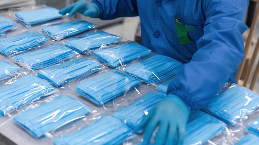 Texto Alternativo: Recibimos el primer avión cargado con 58 toneladas de material sanitario para hospitales