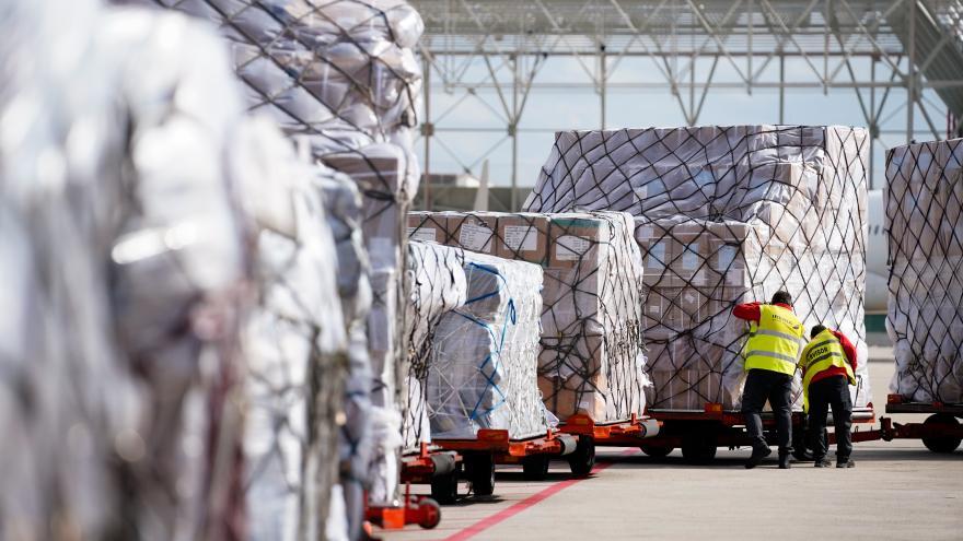Texto Alternativo: El Gobierno de la Comunidad recibe otro avión con 82 toneladas de material sanitario para el COVID-19
