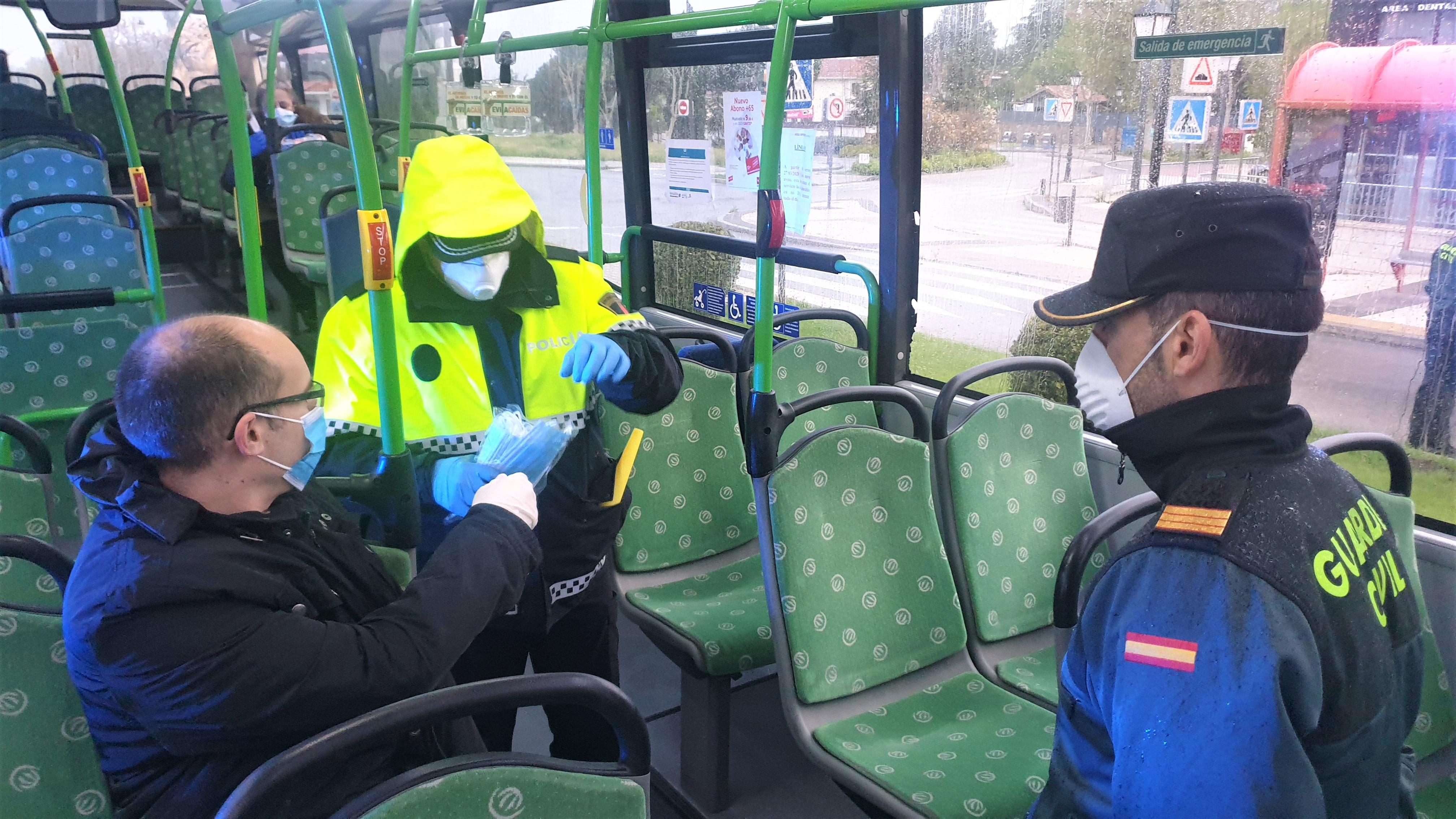 Texto Alternativo: Los agentes de Policía Local y de Guardia Civil han comenzado con la entrega de mascarillas a los usuarios del transporte público