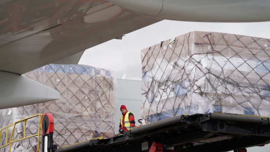 Texto Alternativo: La Comunidad de Madrid recibe el segundo avión del día y cargado con más de 88 toneladas de material sanitario