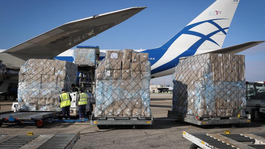 Texto Alternativo: El Gobierno de la Comunidad de Madrid afirma que supera las 1.000 toneladas de material sanitario con el tercer avión en apenas 24 horas