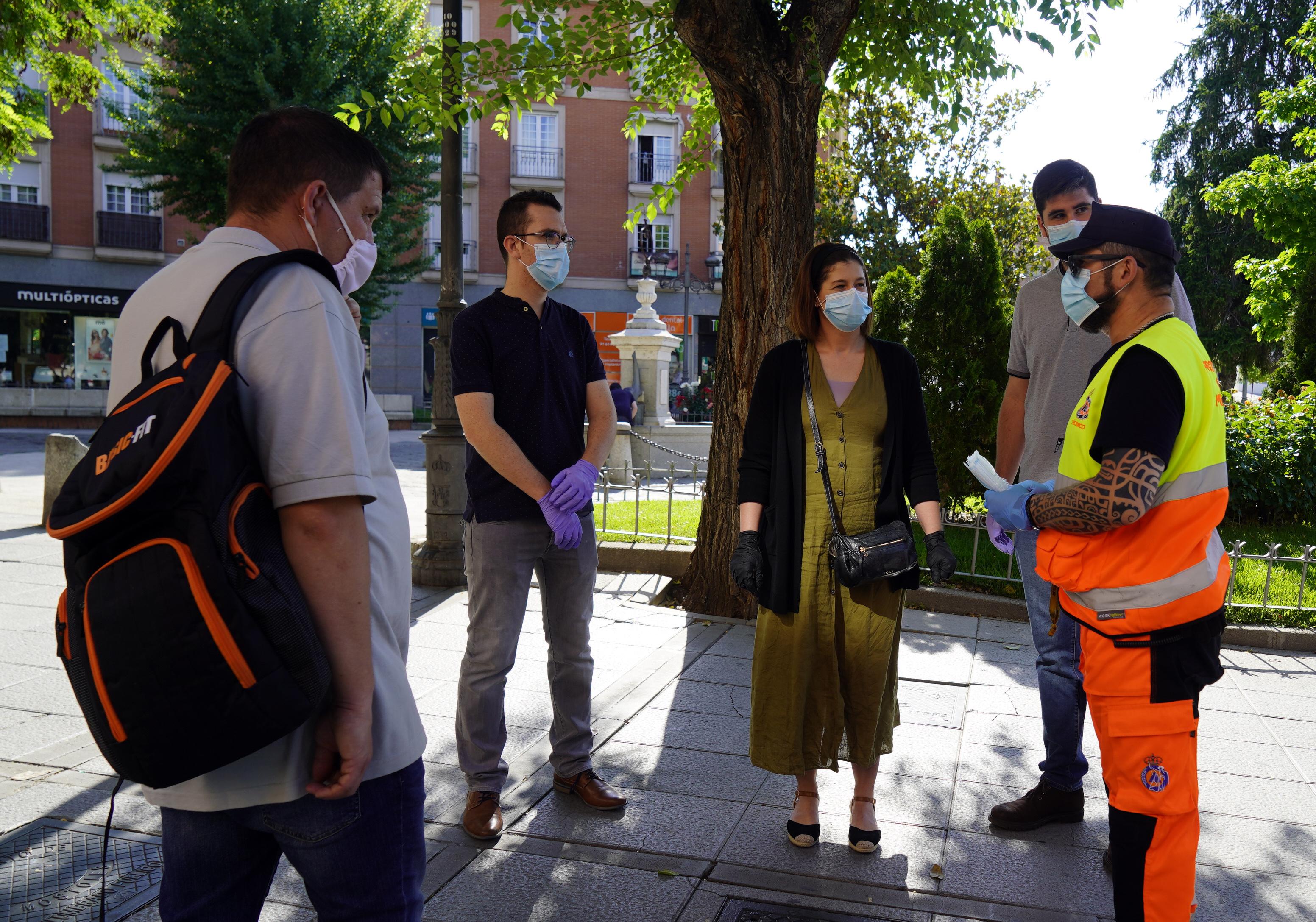 Texto Alternativo: La Alcaldesa de Móstoles colabora en el reparto de 20.000 mascarillas en el arranque de la fase 1 de la desescalada