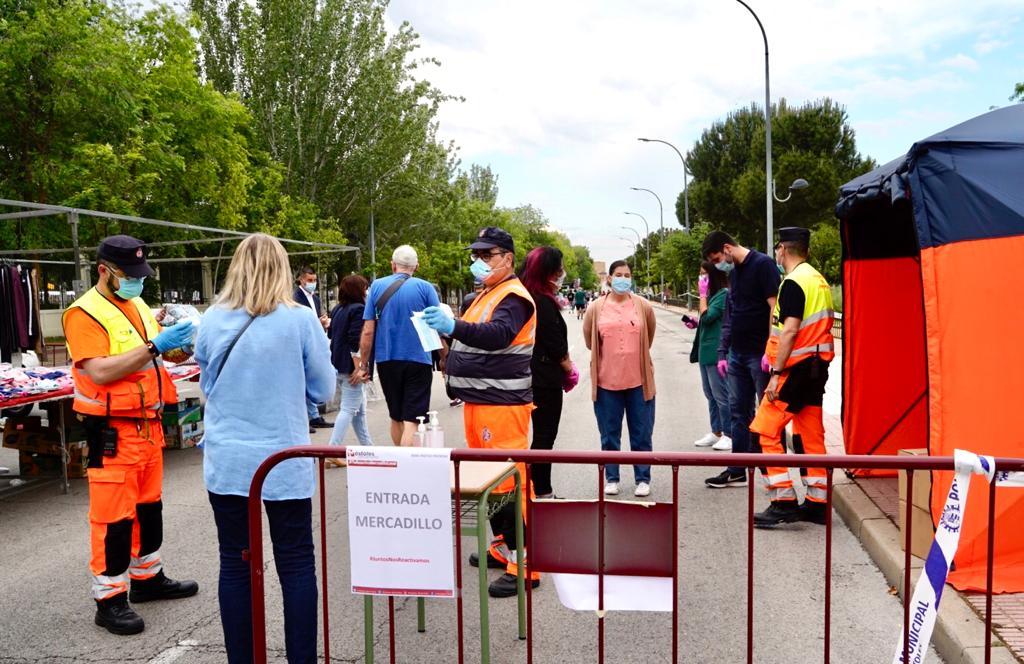 Texto Alternativo: La Alcaldesa de Móstoles visita el mercadillo municipal en su reapertura
