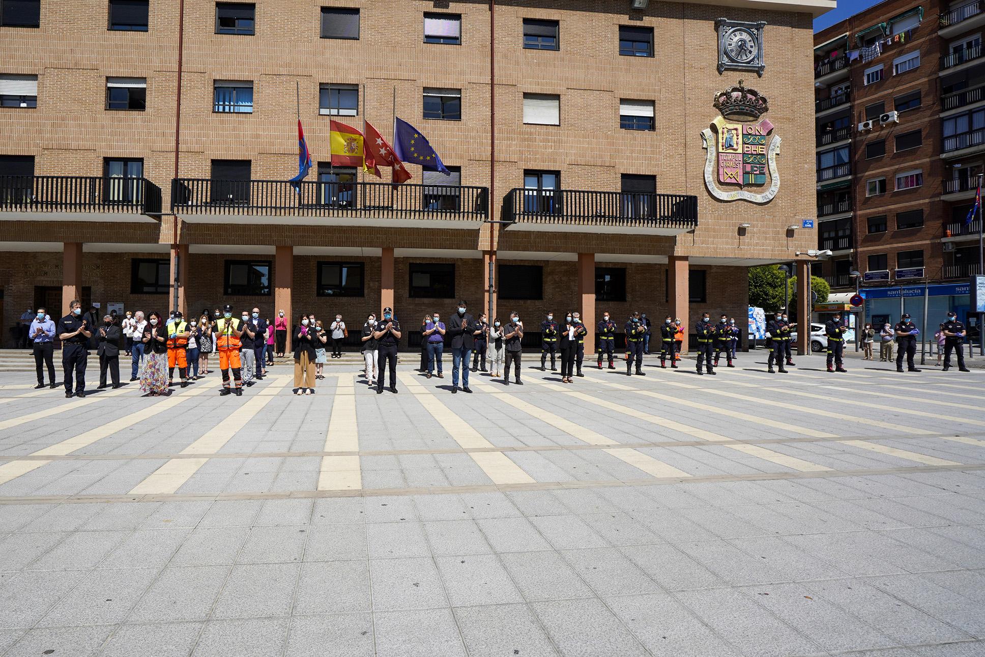 Texto Alternativo: Emotivo minuto de silencio en Móstoles por las víctimas de la COVID-19