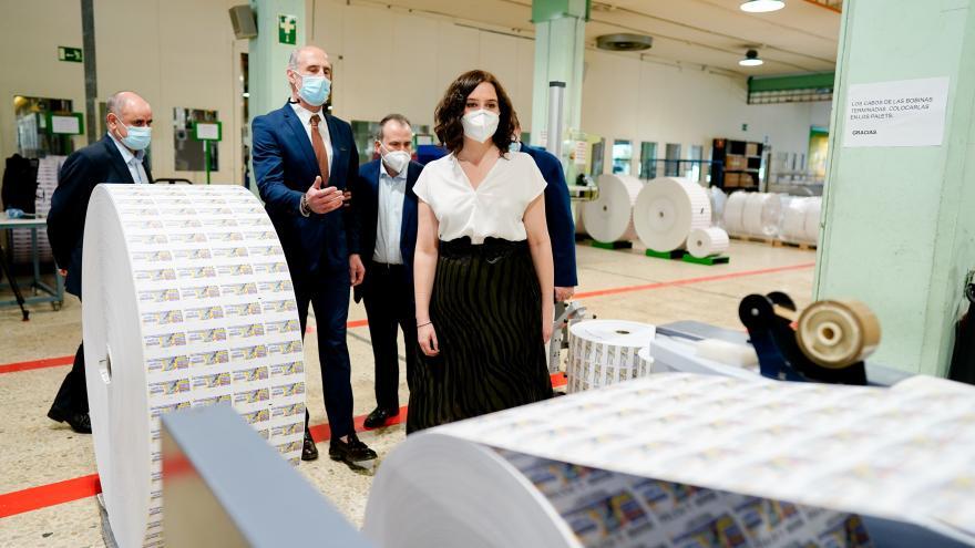 Texto Alternativo: Díaz Ayuso visita el Centro Logístico de la ONCE, que reanuda la impresión de sus cupones