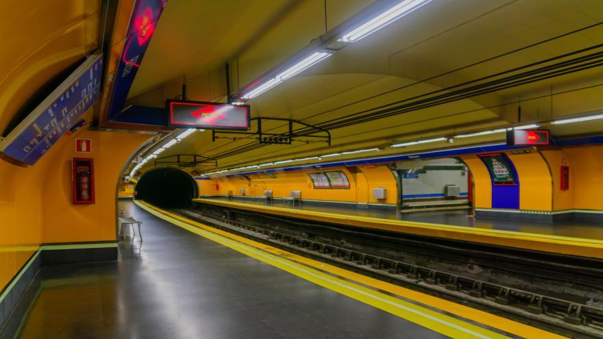 Texto Alternativo: Colocaremos 5.000 carteles en Metro recordando la prohibición de bajar a la vía