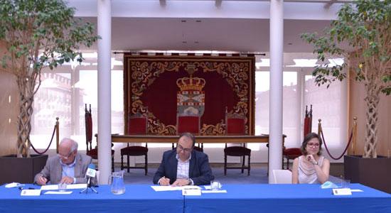 Texto Alternativo: El alcalde y la concejala de Servicios Sociales sellan con Cáritas la subvención de 250.000 euros para garantizar la alimentación y productos de primera necesidad de los vecinos y vecinas de Leganés