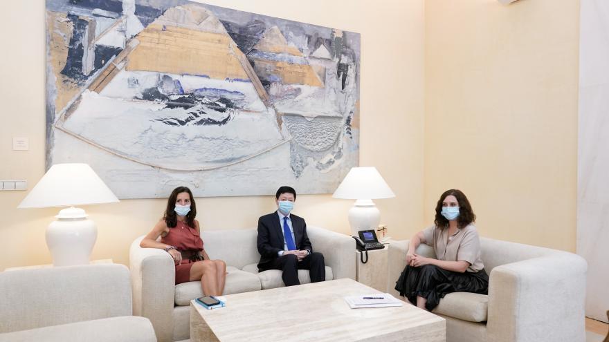 Texto Alternativo: Díaz Ayuso y el embajador de China se reúnen para luchar contra los rebrotes del COVID-19