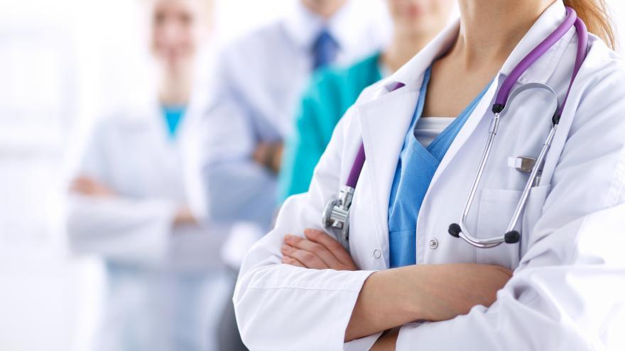 Texto Alternativo: Seis de los diez primeros médicos residentes de España eligen hospitales de la Comunidad de Madrid