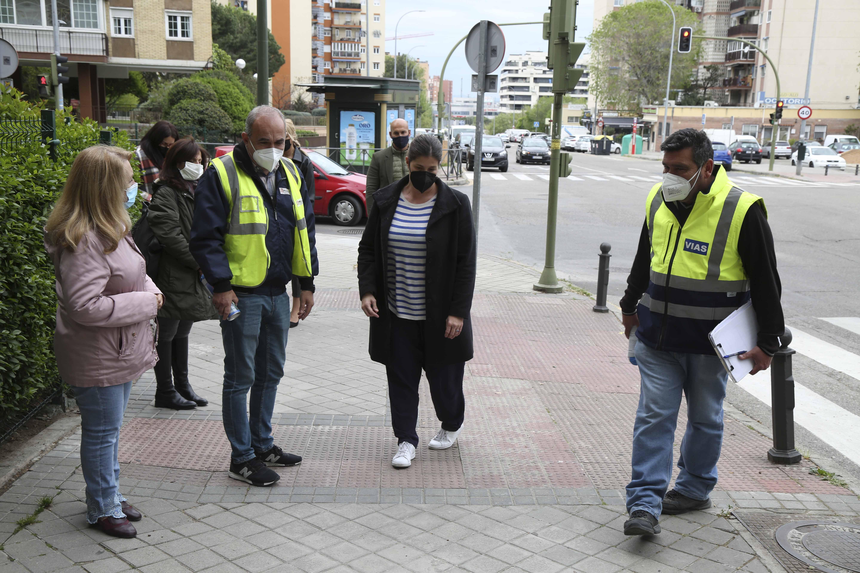 Texto Alternativo: La Alcaldesa revisa el estado de las zonas del distrito 2 junto a trabajadores del Servicio Especial de Atención a los Distritos