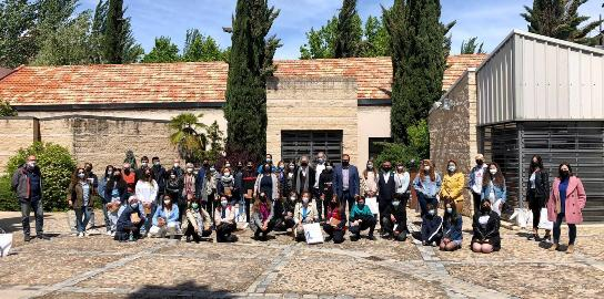 Texto Alternativo: El alcalde y la concejala de Educación acompañan a jóvenes de la ciudad en el homenaje al poeta Fernando Beltrán