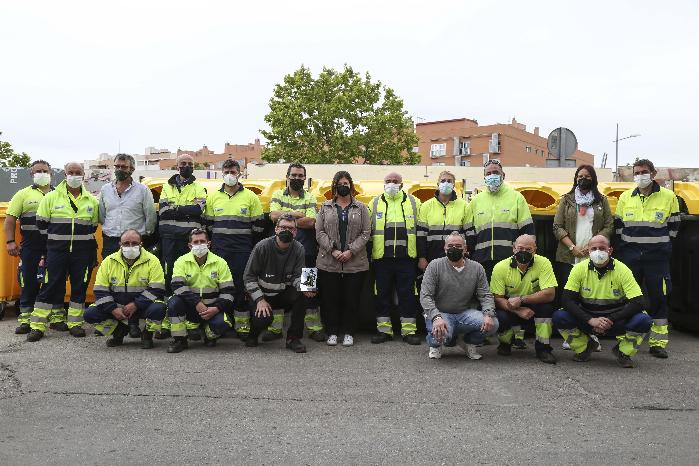 Texto Alternativo: La Alcaldesa visita al personal de limpieza viaria del Ayuntamiento, galardonados con los Premios Mostoleños 2021