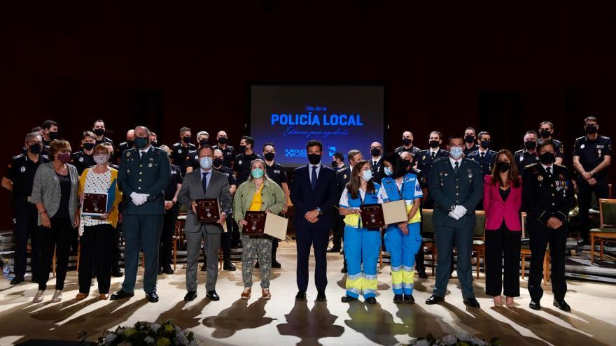 Texto Alternativo: Puerta de Hierro recibe la medalla de la Policía de Las Rozas por su trabajo durante la pandemia